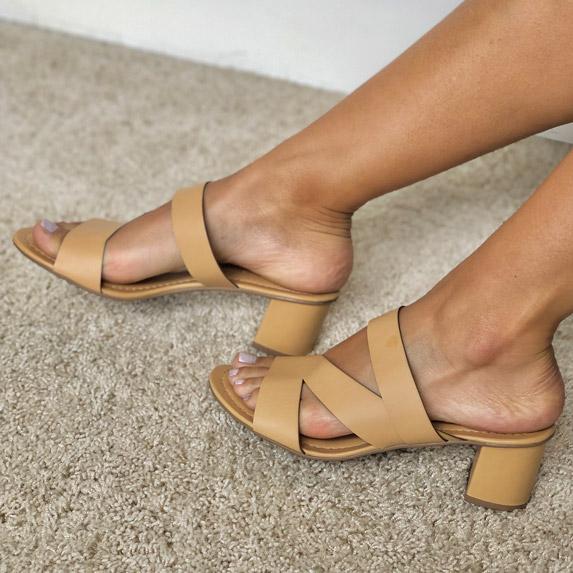 Sandália tamanco salto médio com tiras em laser