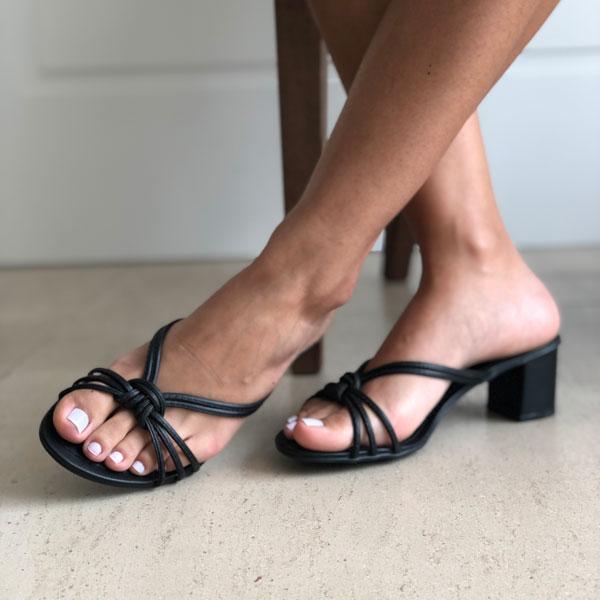 Sandália tamanco salto médio com tiras finas