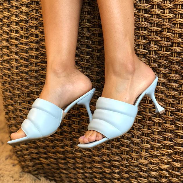 Sandália tamanco tira almofadada bico quadrado