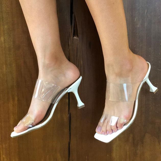 Sandália tamanco tira em vinil
