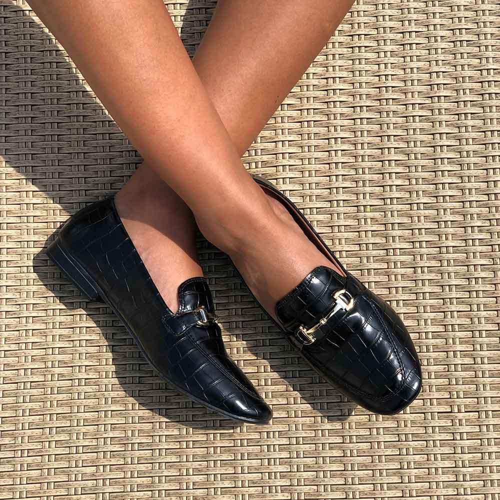 Sapato mocassim bico quadrado com enfeite