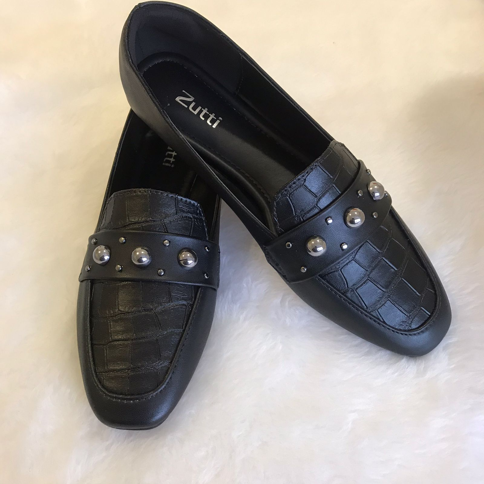 Sapato mocassim sola baixa forma quadrada com enfeite