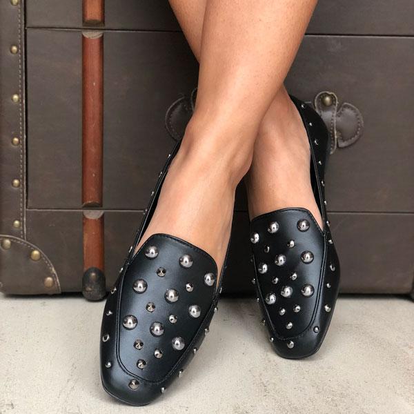 Sapato mocassim sola baixa forma quadrada com enfeites