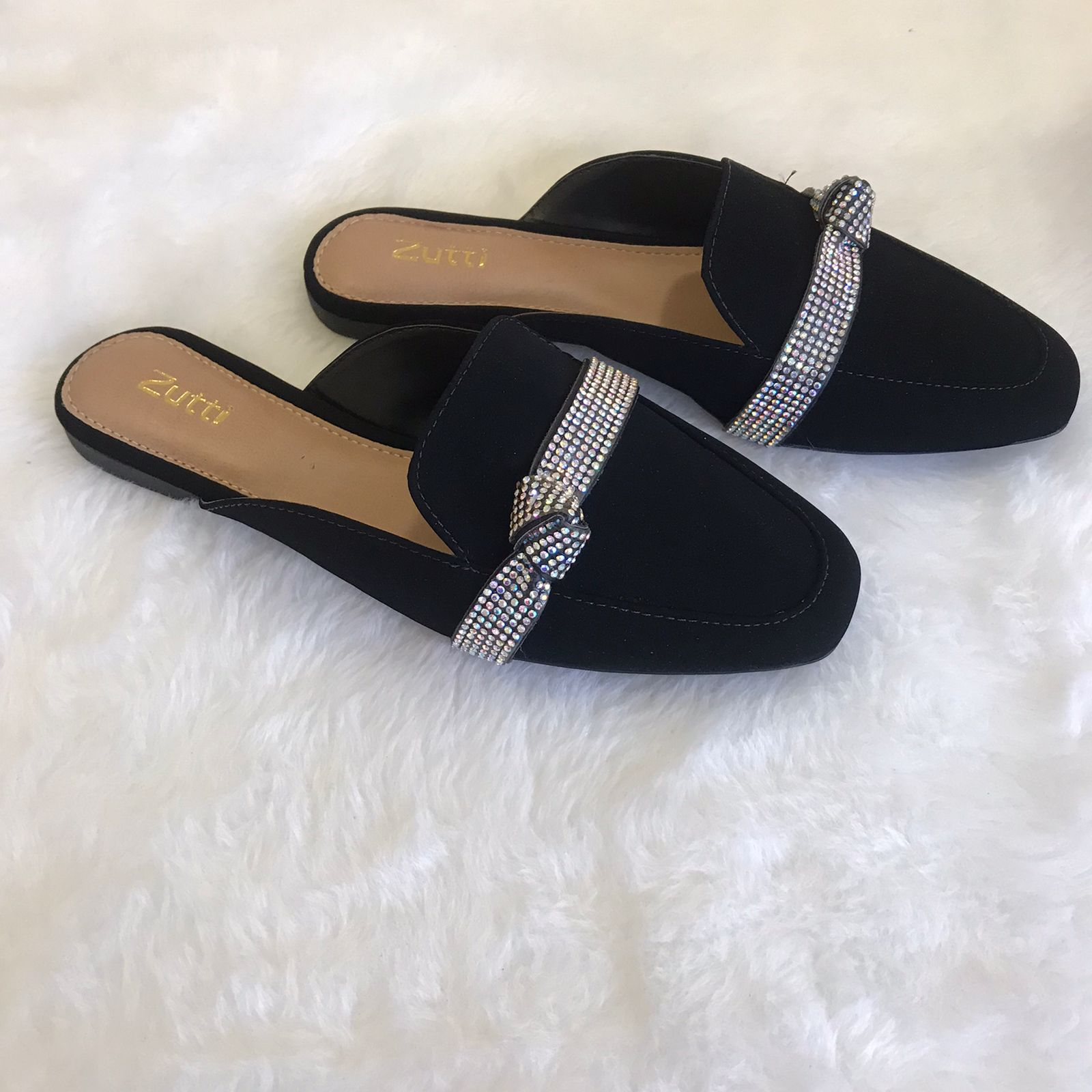 Sapato mule forma quadrada com detalhe tira strass