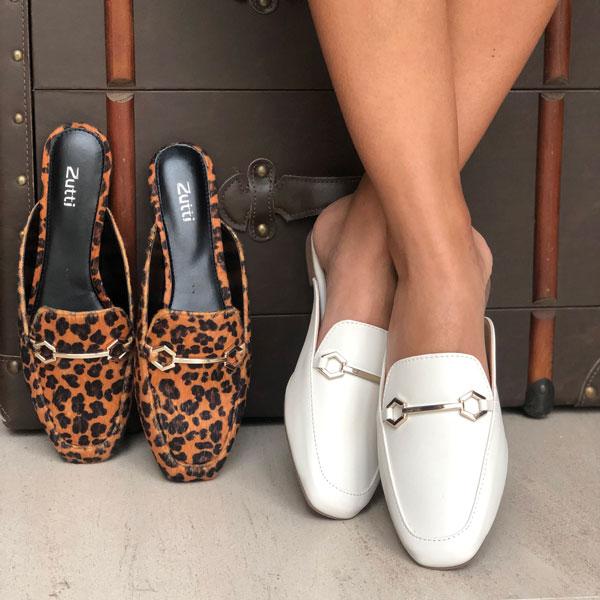 Sapato mule forma quadrada com enfeite