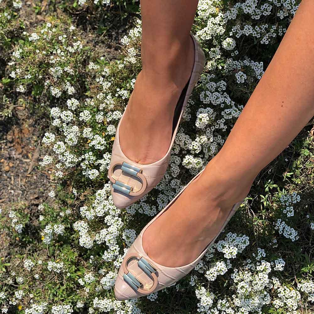 Sapato sapatilha bico fino com enfeite dourado