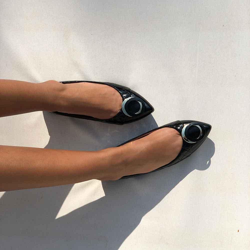 Sapato sapatilha bico fino com enfeite