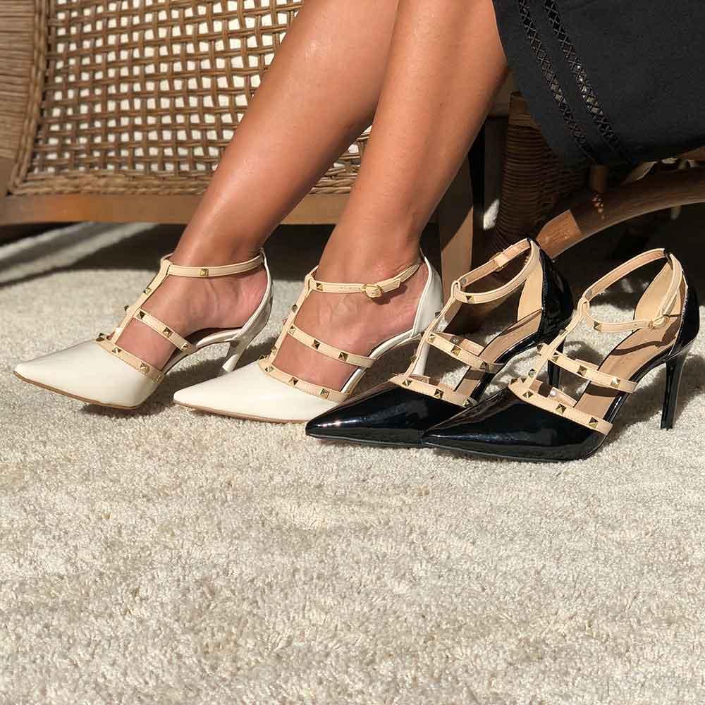 Sapato Scarpin bico fino salto alto fino com detalhes spikes