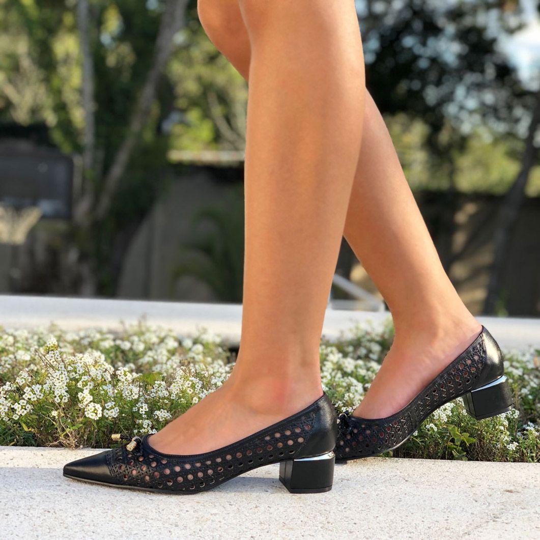 Sapato Scarpin bico fino salto baixo grosso c/ detalhes em laser