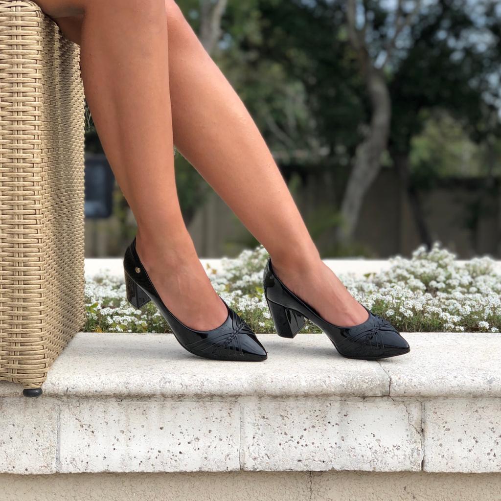 Sapato Scarpin bico fino salto médio grosso
