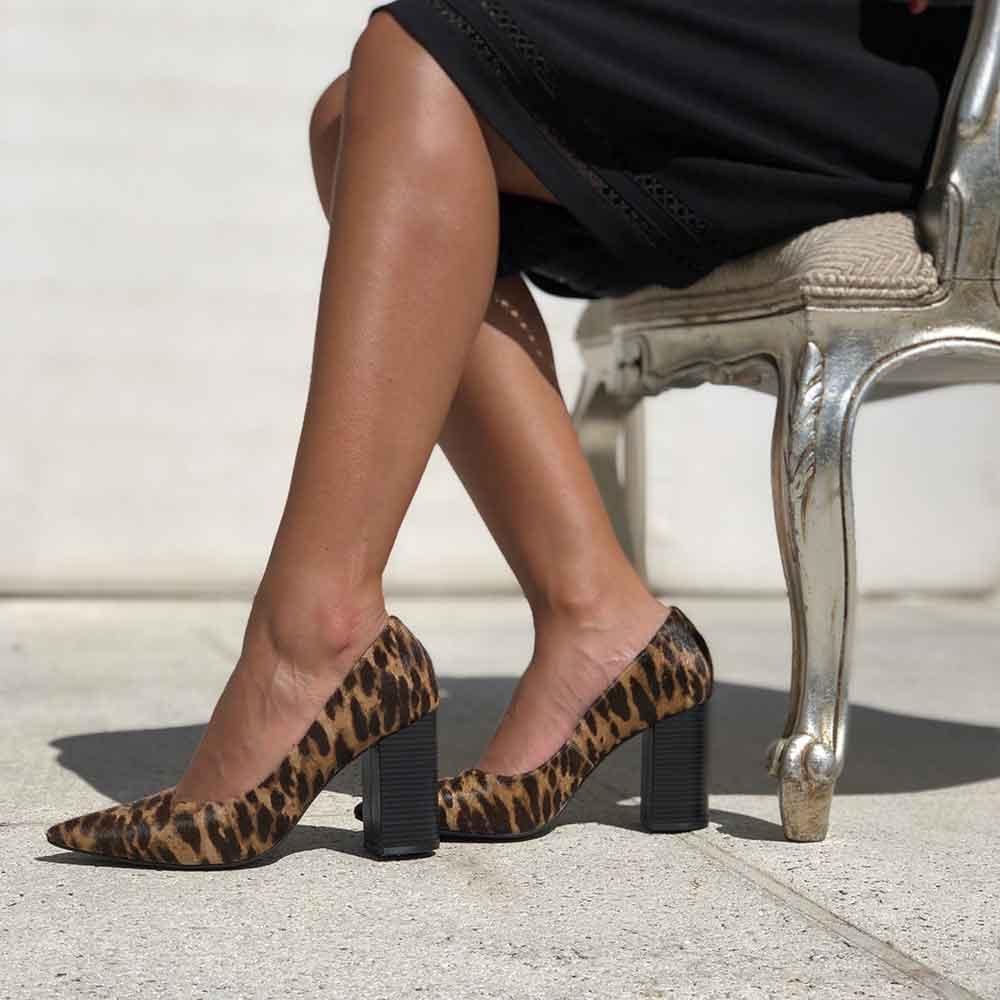 Sapato Scarpin salto alto grosso bico fino animal print