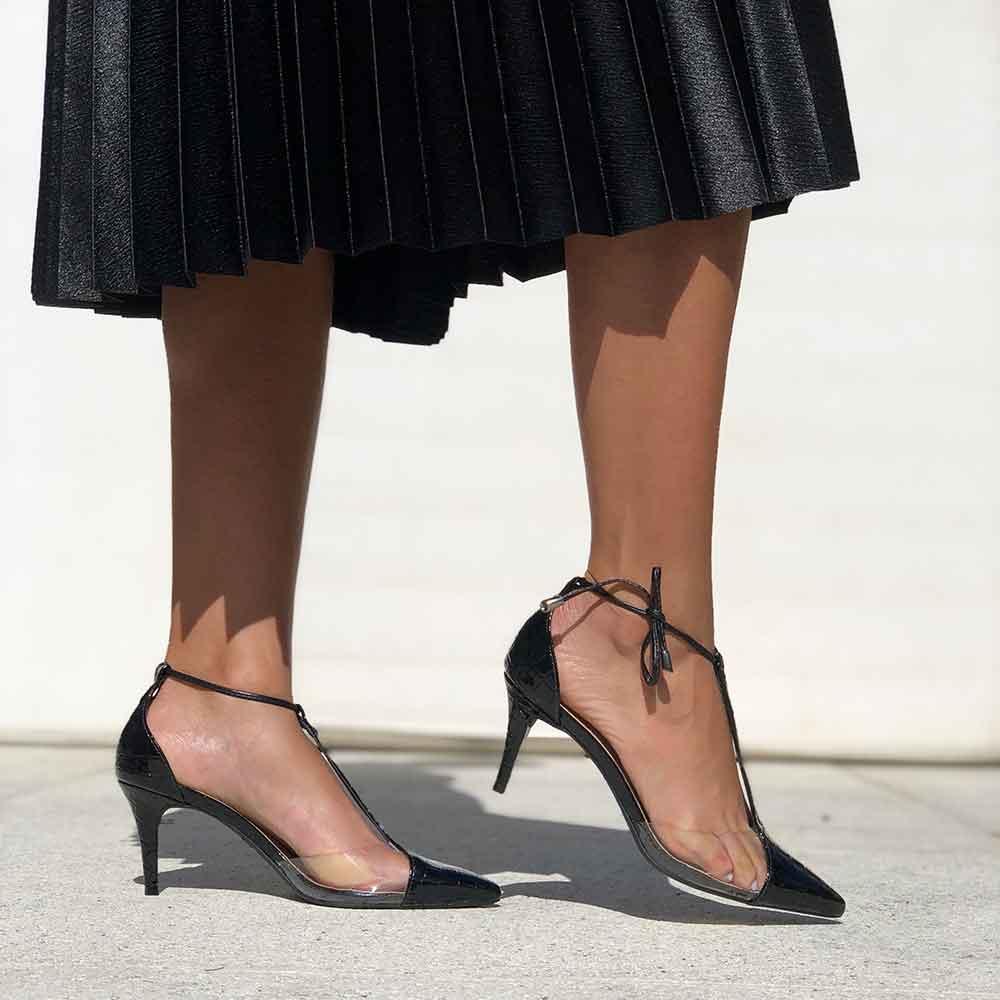 Sapato Scarpin salto fino bico fino c/ detalhes em vinil