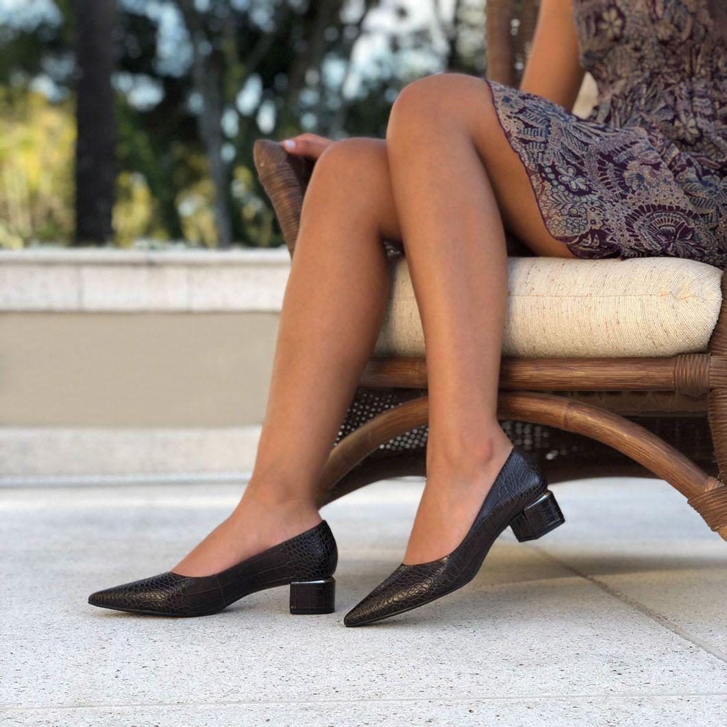 Sapato Scarpin salto grosso bico fino c/ detalhe em dourado no salto