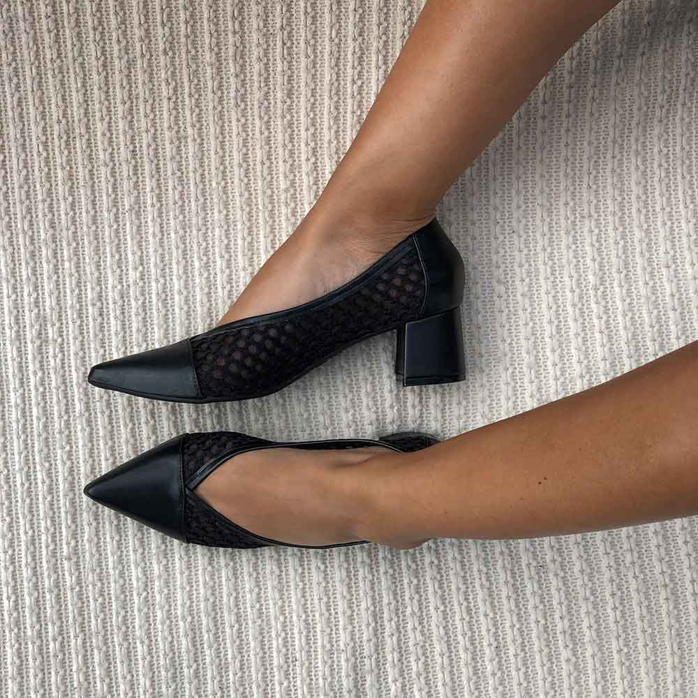 Sapato Scarpin salto grosso bico fino c/ detalhers em tela bordada