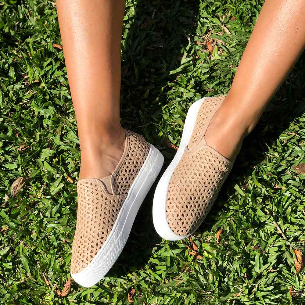 Sapato Slip On sola baixa bico redondo c/ detalhes em laser