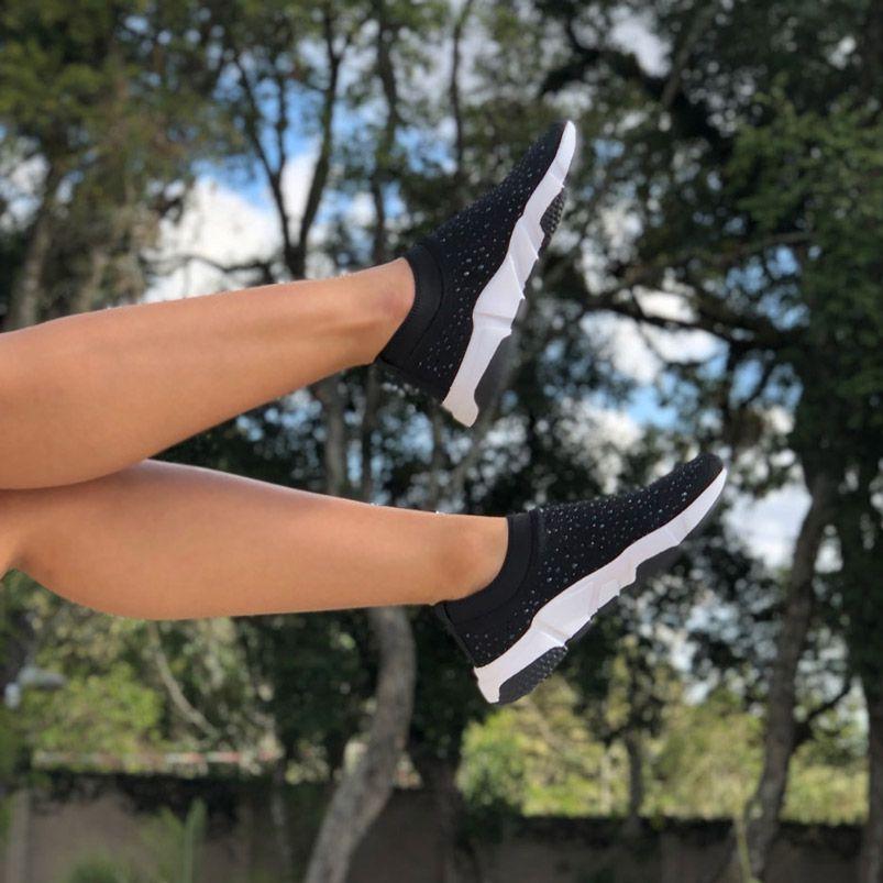 Tênis sola esportiva em tecido Comfy c/ pedrarias