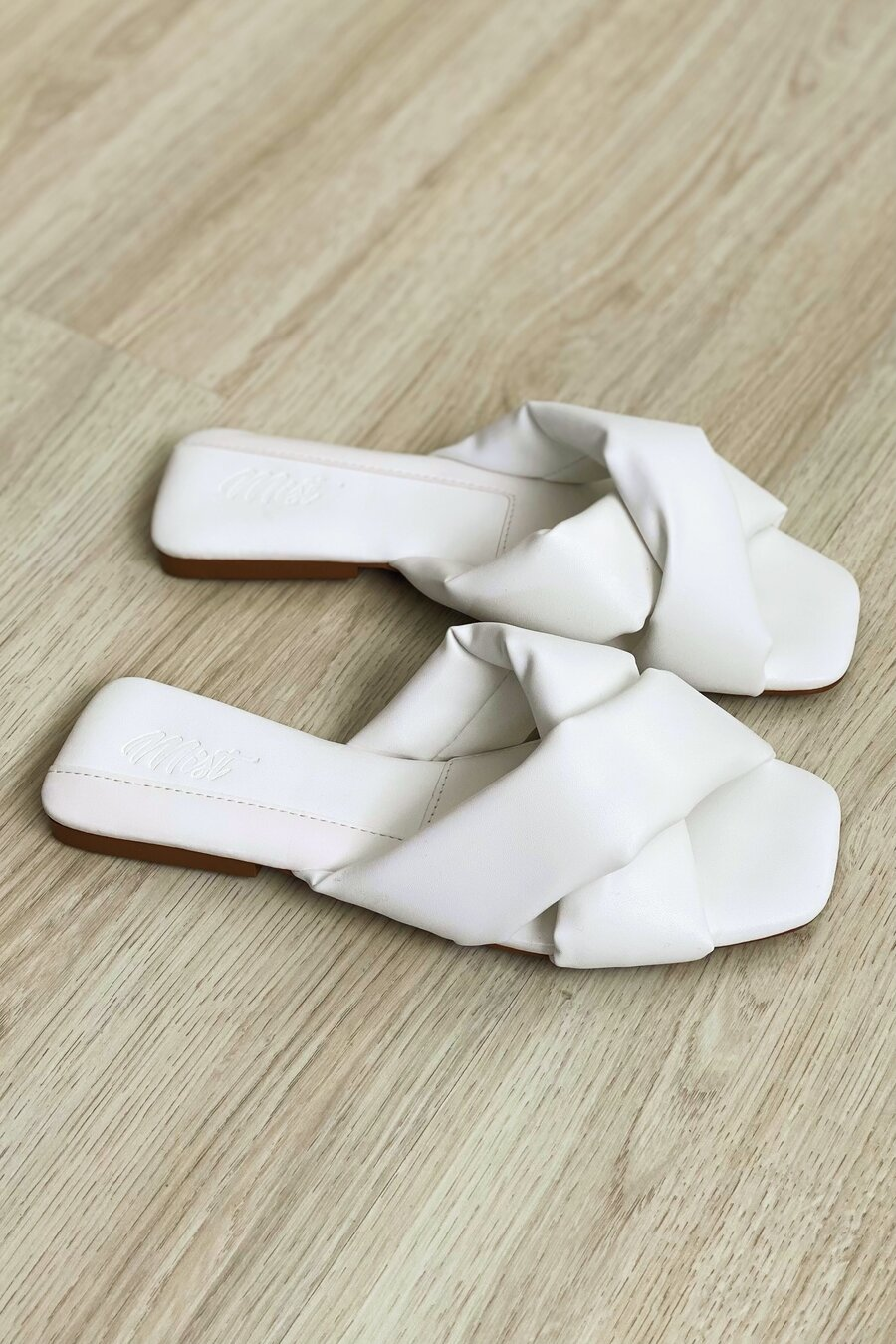 Flat Giovana White