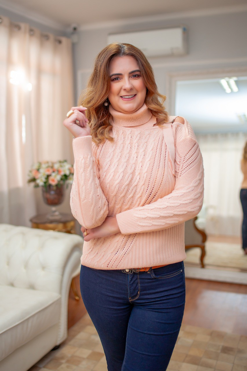 Blusa de Tricot Gola Alta Rosa com Detalhe no Ombro