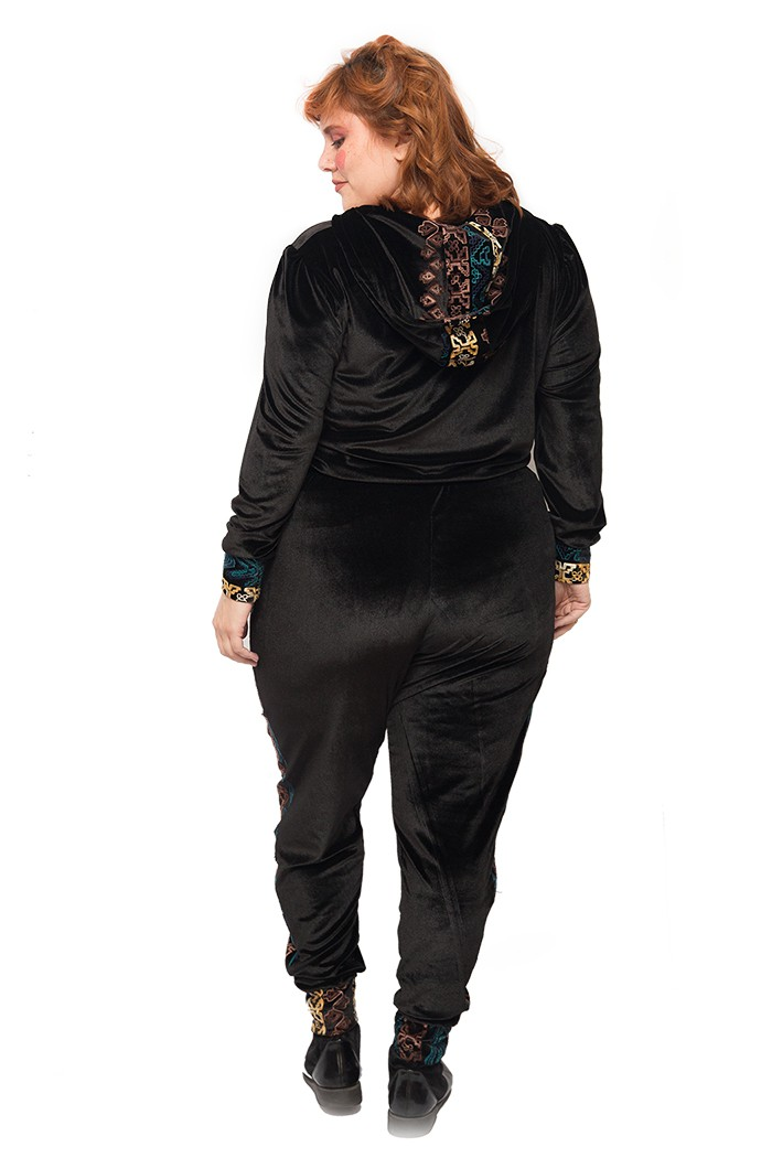 Blusa de veludo com detalhes bordados preta