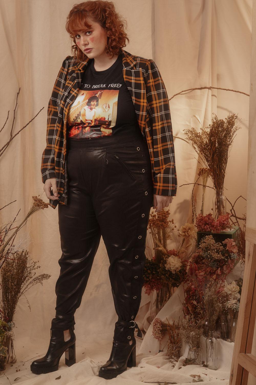Calça rocker resinada com ilhós e fivela preta