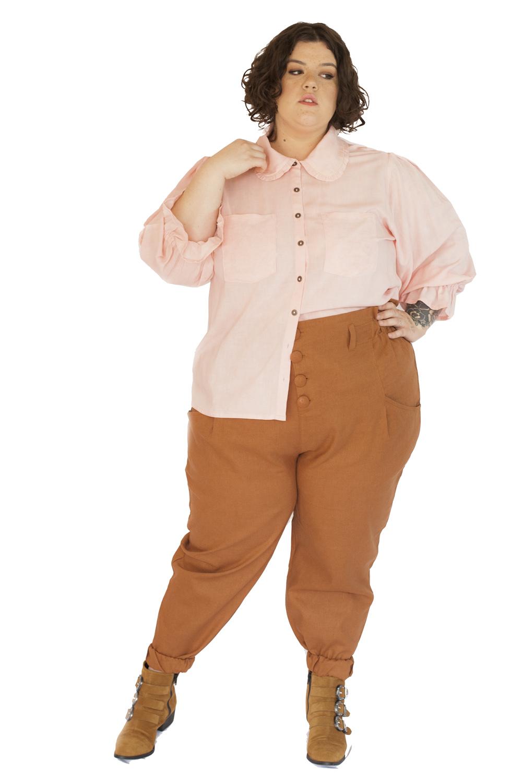 Camisa camponesa com babados na gola rosa
