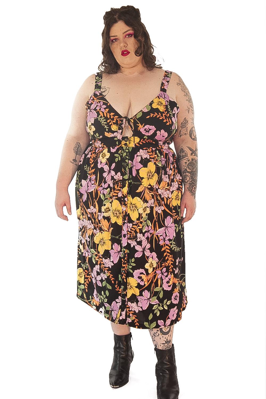 Vestido flores de verão preto plus size