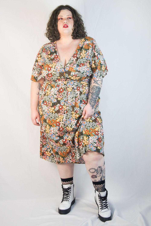 Vestido midi camponesa floral plus size