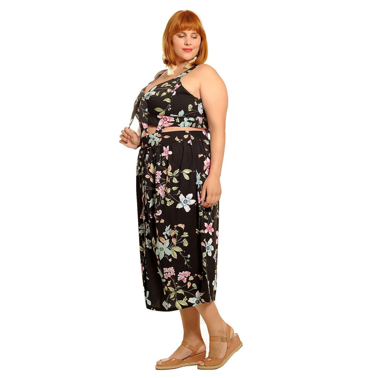 Vestido preto floral com faixas na cintura plus size