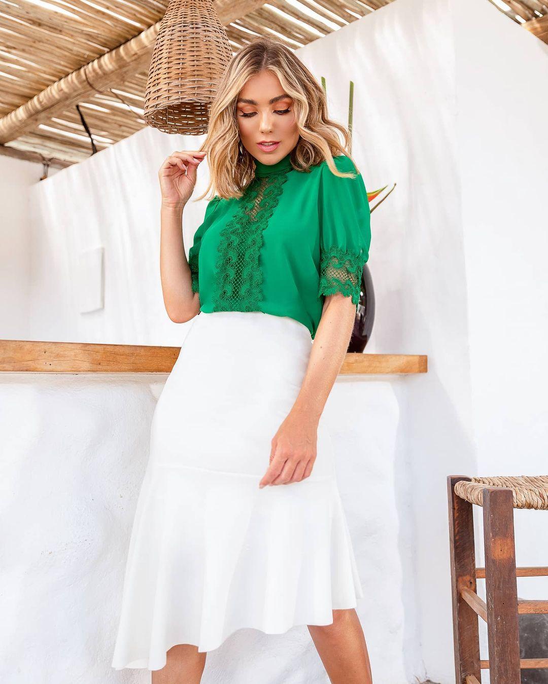 Blusa Social Elegante de Crepe com Renda Gola Laço Doce Flor