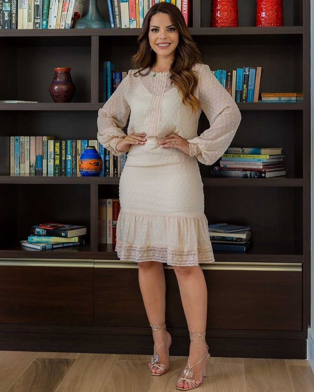 Vestido Midi Chiffon Poá com Renda Manga Longa cor Creme Az Irmãs