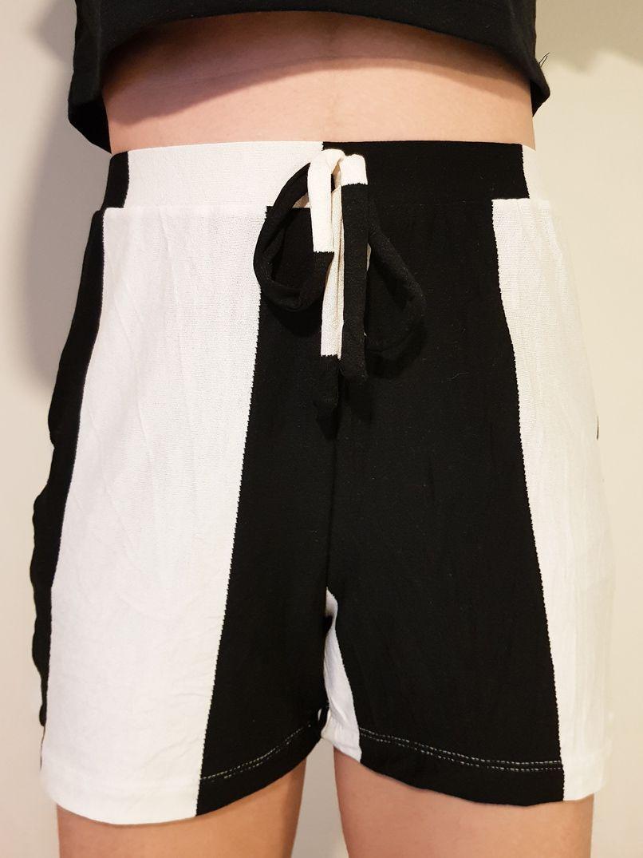 short listras preto e branco