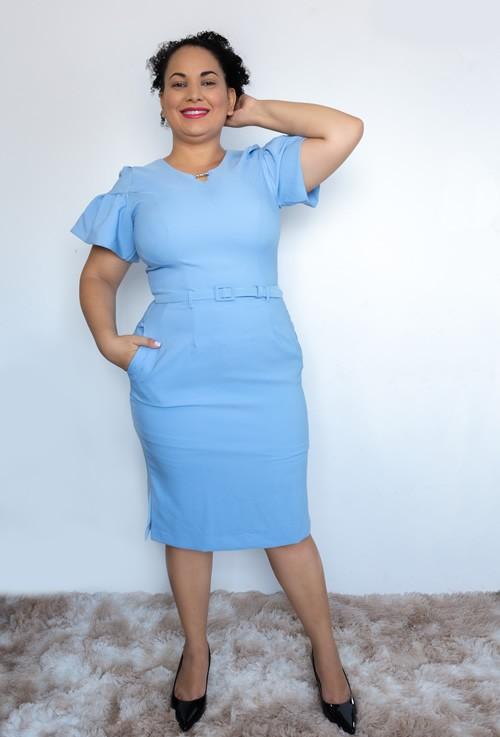 Vestido romântico com cinto cor azul com manga bufante e fenda na barra
