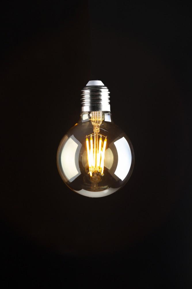 LAMPADA DECORATIVA EM FILAMENTO DE LED MODELO ESFERA EM VIDRO ÂMBAR TAMANHO PEQUENO 110 V