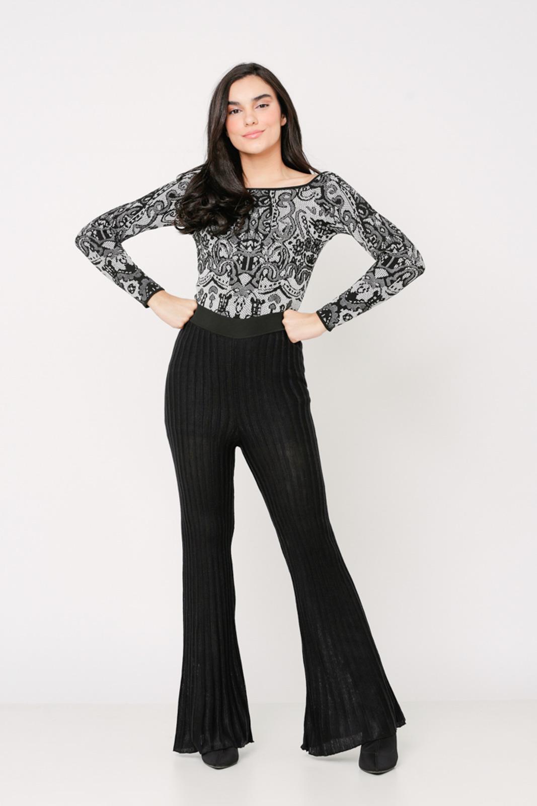 Conjunto de tricot Ralm calça flare e blusa arabesco ombro a ombro - Preto