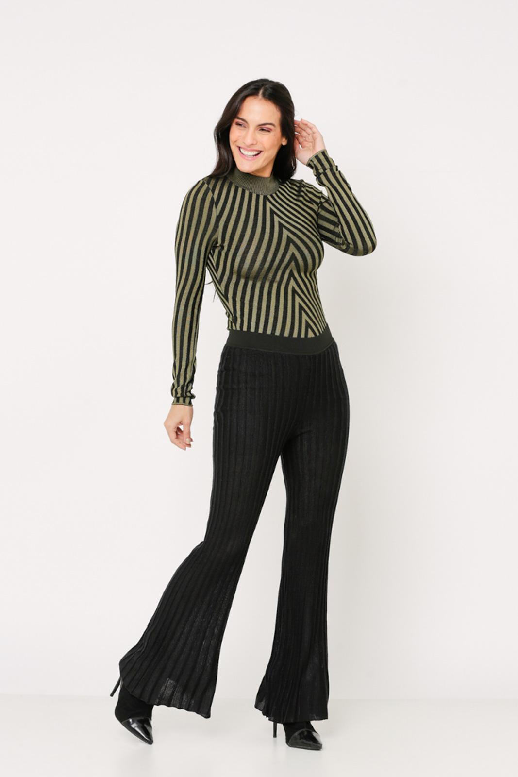 Conjunto de tricot Ralm calça flare e blusa gola alta - Preto
