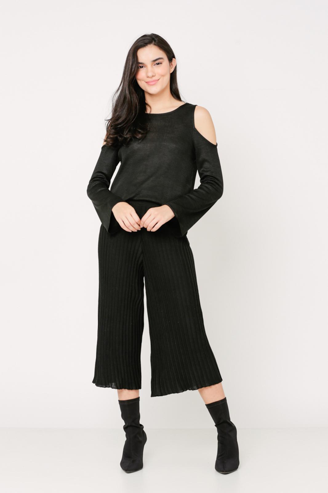 Conjunto de tricot Ralm calça pantacourt nervuras e blusa ombros vazados - Preto
