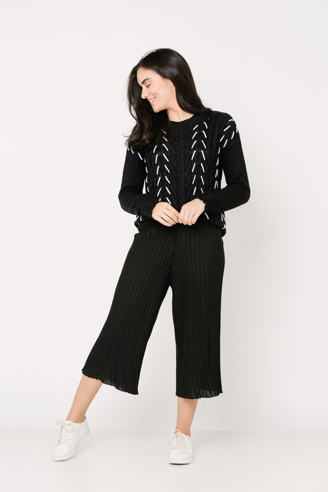 Conjunto de tricot Ralm calça pantacourt nervuras e blusa tricot tramado - Preto