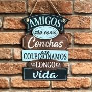 """Placa Decorativa com Cordão """"Amigos São Como Conchas..."""""""