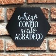 "Placa Decorativa Hexagonal ""Entrego Confio Aceito Agradeço"""