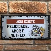 """Placa Decorativa de Metal """"Aqui existe Felicidade"""""""