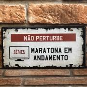 """Placa Decorativa de Metal """"Maratona em Andamento"""""""