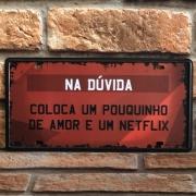 """Placa Decorativa de Metal """"Coloca Amor e Netflix"""""""