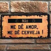 """Placa Decorativa de Metal """"Não Me dê Amor, Me dê Cerveja"""""""