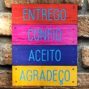 """Placa Decorativa Retangular Colorida """"Entrego Confio Aceito Agradeço"""""""