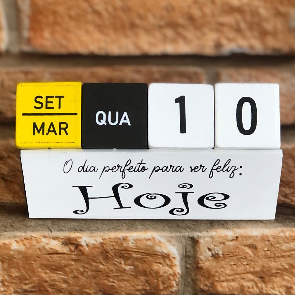 Calendário Decorativo Permanente de Madeira Colorido