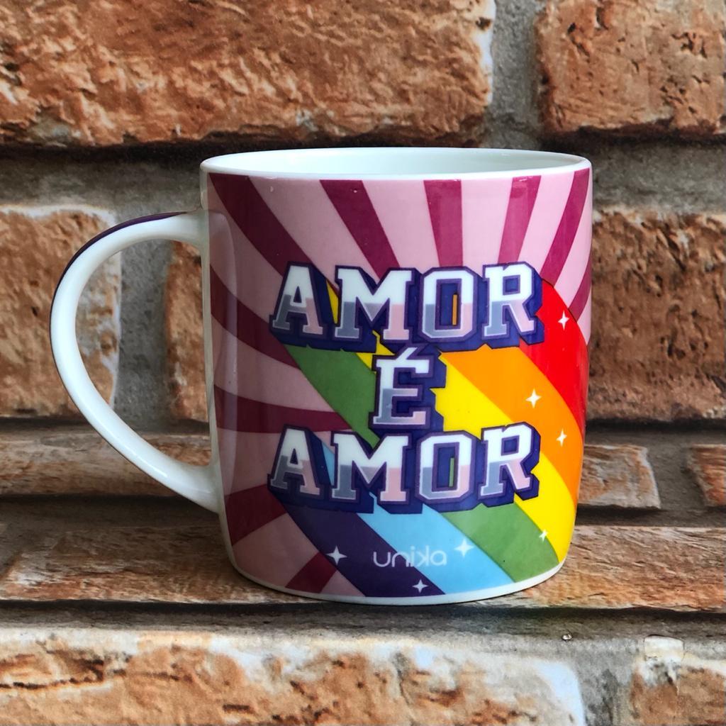 """Caneca """"Amor é Amor"""" Unika 390ml"""