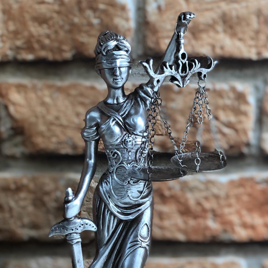 Estatueta Deusa da Justiça Themis Prata