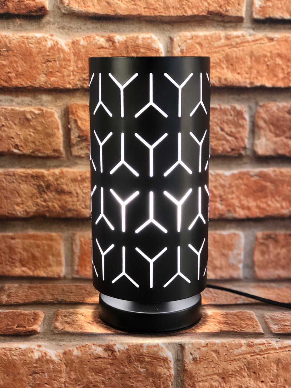 """Luminária de Metal Preto com Desenho """"Y"""""""
