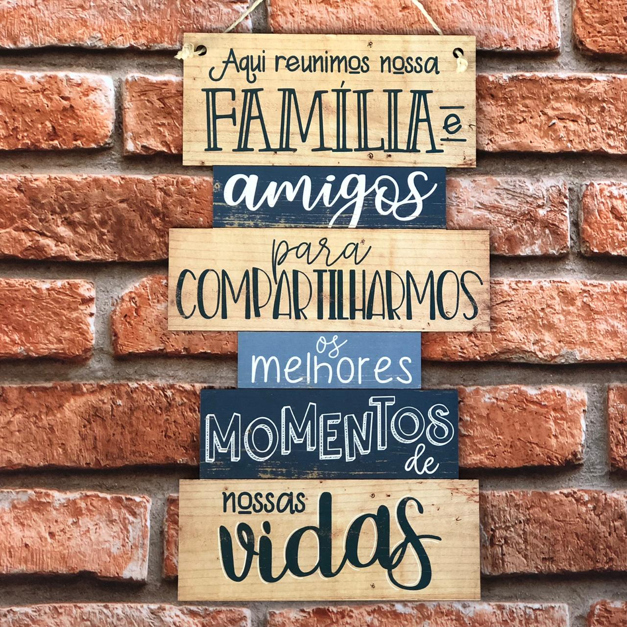 """Placa Decorativa com Cordão """"Aqui Reunimos Nossa Família e Amigos..."""""""