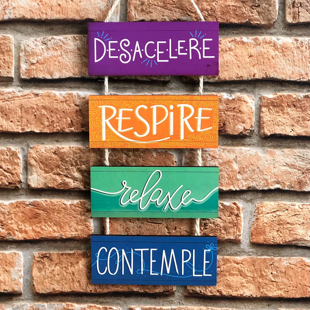 """Placa Decorativa com Cordão """"Desacelere, Respire, Relaxe, Contemple"""""""